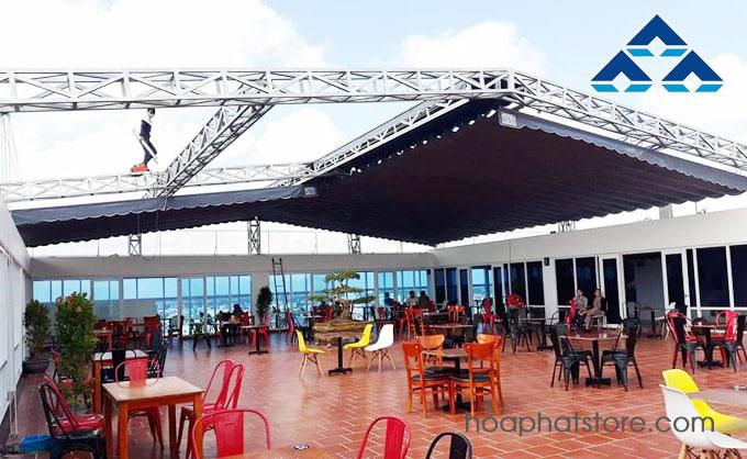 Bạt che nắng mưa dạng mái xếp lắp đặt cho nhà hàng